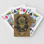 Casco ilustrado del buceo con escafandra barajas de cartas