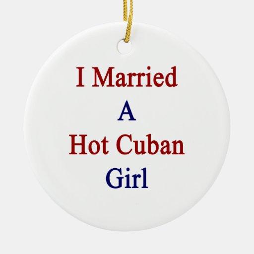 Casé a un chica cubano caliente adorno navideño redondo de cerámica