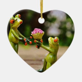 Cáseme las ranas divertidas lindas adorno navideño de cerámica en forma de corazón