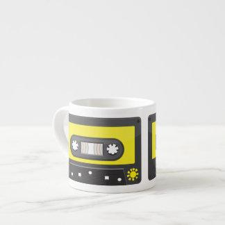 casete amarillo con la cinta del arco iris taza de espresso