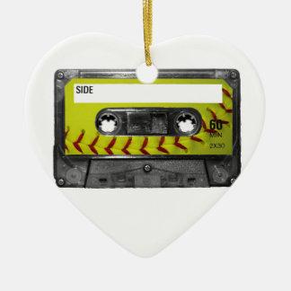 Casete amarillo de la etiqueta del softball adorno navideño de cerámica en forma de corazón