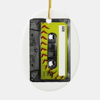 Casete amarillo de la etiqueta del softball adorno navideño ovalado de cerámica
