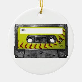 Casete amarillo de la etiqueta del softball adorno navideño redondo de cerámica