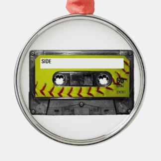 Casete amarillo de la etiqueta del softball adorno navideño redondo de metal