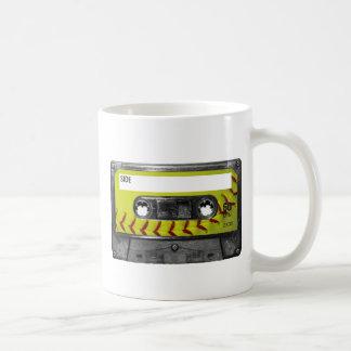 Casete amarillo de la etiqueta del softball taza