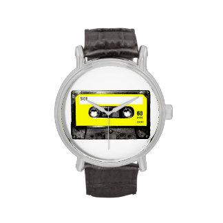 Casete amarillo de la etiqueta relojes
