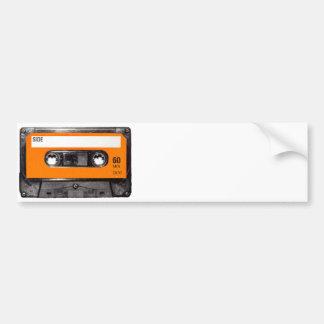 Casete anaranjado de los años 80 de la etiqueta pegatina de parachoque
