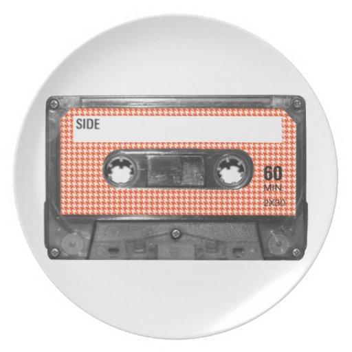 Casete anaranjado y blanco de la etiqueta de Hound Plato De Comida