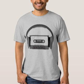 Casete con los auriculares camisas