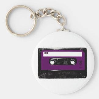 Casete púrpura de la etiqueta del vintage llaveros