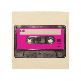 Casete rosado de la etiqueta impresiones en madera