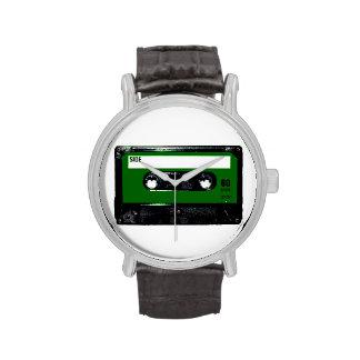 Casete verde de la etiqueta reloj de mano