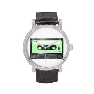 Casete verde en colores pastel ligero de la etique reloj de mano