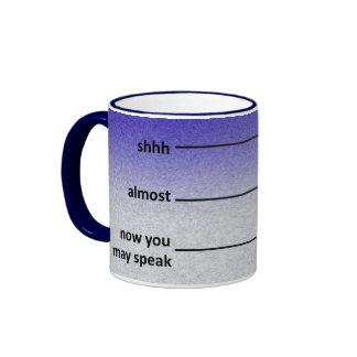 Casi ahora usted puede hablar el azul de la taza d