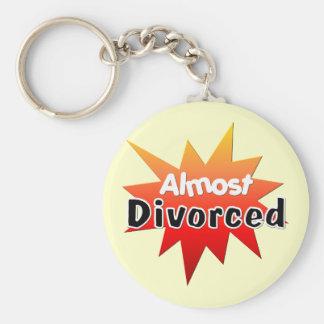 Casi divorciado llavero redondo tipo pin