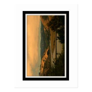 Casi puesta del sol sobre la cala de color salmón tarjetas postales