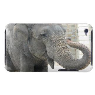 Caso de iTouch del elefante el tocar la trompeta Barely There iPod Fundas