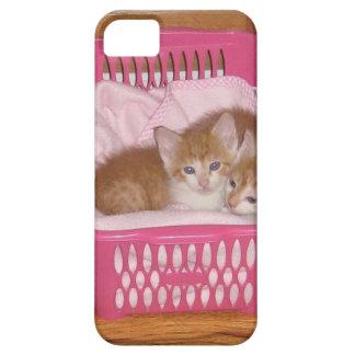 caso del iPhone 5 con los gatitos en una cesta Funda Para iPhone 5 Barely There