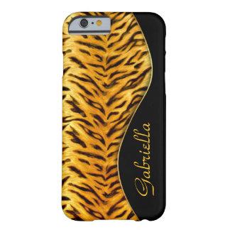 Caso femenino del iPhone 6 del monograma del tigre Funda De iPhone 6 Barely There