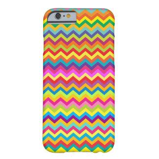 Caso multicolor del iPhone 6 del modelo de zigzag Funda Barely There iPhone 6
