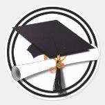 Casquillo blanco y negro de la graduación con el d pegatinas redondas