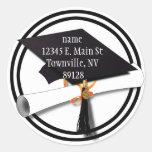 Casquillo blanco y negro de la graduación con el etiquetas redondas