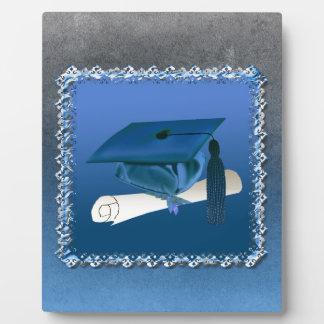 Casquillo con la borla y el diploma, graduación placa para mostrar