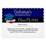 Casquillo con la invitación azul de la graduación