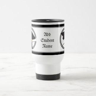 Casquillo de la graduación con el círculo blanco y taza de café