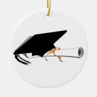 Casquillo de la graduación con el diploma adorno navideño redondo de cerámica