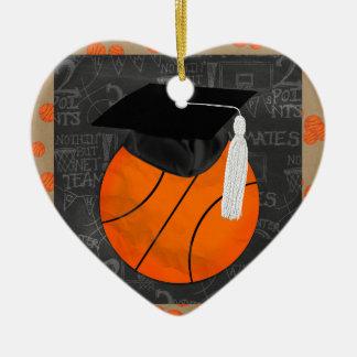 Casquillo de la graduación del baloncesto que adorno navideño de cerámica en forma de corazón