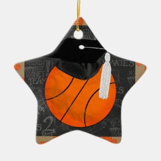 Casquillo de la graduación del baloncesto que adorno navideño de cerámica en forma de estrella