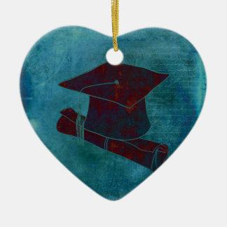 Casquillo de la graduación en el papel con la adorno navideño de cerámica en forma de corazón