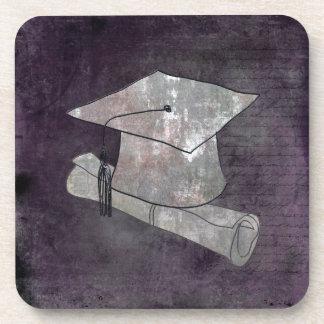 Casquillo de la graduación en el papel del vintage posavasos