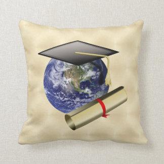 Casquillo del graduado en la tierra w Diploma en f