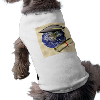 Casquillo del graduado en la tierra w Diploma en f Camisa De Mascota