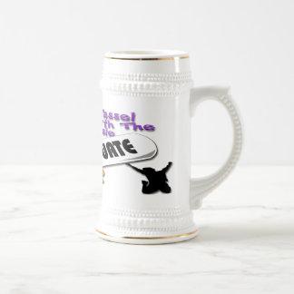Casquillo púrpura del graduado del diploma (varón) jarra de cerveza