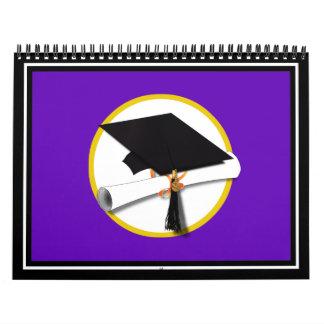 Casquillo w/Diploma - fondo púrpura de la Calendarios De Pared