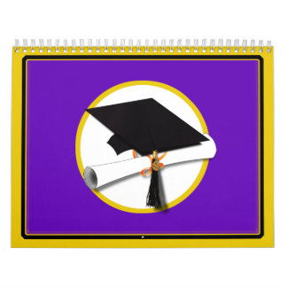 Casquillo w/Diploma - fondo púrpura de la Calendario De Pared