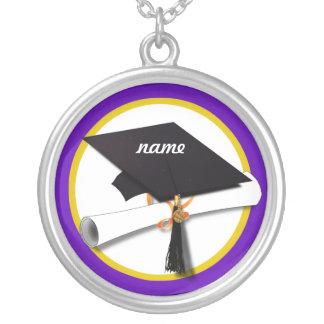 Casquillo w/Diploma - fondo púrpura de la Colgante Redondo