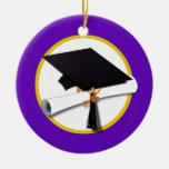 Casquillo w/Diploma - fondo púrpura de la graduaci Ornamentos De Reyes