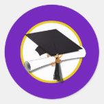Casquillo w/Diploma - fondo púrpura de la Pegatina Redonda