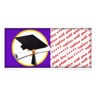 Casquillo w/Diploma - fondo púrpura de la Tarjeta Con Foto Personalizada