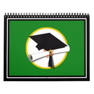 Casquillo w/Diploma - fondo verde de la graduación Calendario De Pared