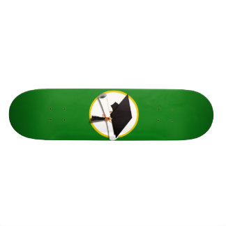Casquillo w/Diploma - fondo verde de la graduación Tabla De Skate