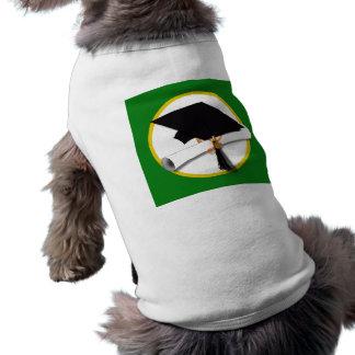 Casquillo w/Diploma - fondo verde de la graduación Camiseta De Perrito