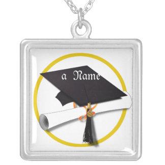 Casquillo y diploma de la graduación colgante cuadrado