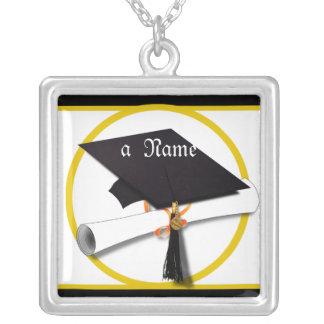 Casquillo y diploma de la graduación colgante