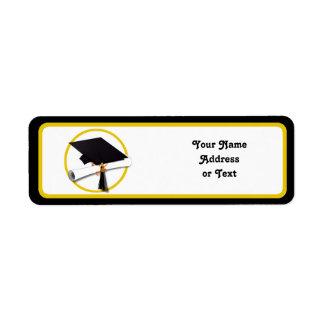 Casquillo y diploma de la graduación etiqueta de remitente