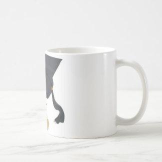 Casquillo y diploma de la graduación tazas de café